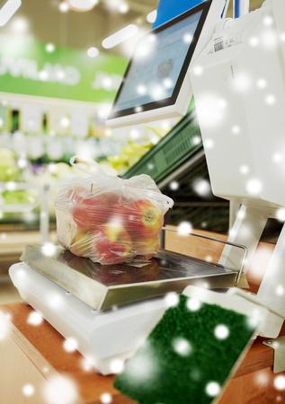 Pommes dans un sac en plastique à l'échelle à l'épicerie Banque d'images - 89513738
