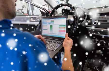 자동차 진단을 만드는 노트북을 가진 정비사 사람 스톡 콘텐츠