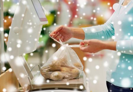 Client avec des pommes de terre à l'échelle à l'épicerie Banque d'images - 89831486