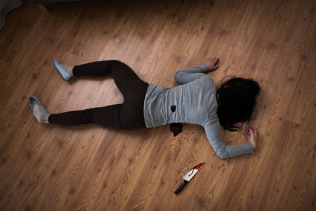 犯罪現場で床に横たわって死んでいる女性体