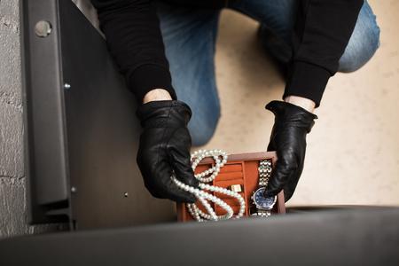 犯罪現場では安全から貴重品を盗む泥棒 写真素材 - 89831822