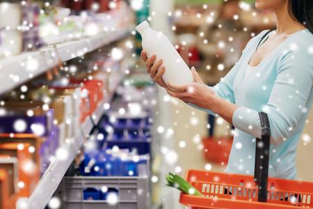Femme avec une bouteille de lait à l'épicerie ou au supermarché Banque d'images - 89831847
