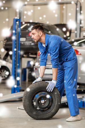 自動車整備士のワーク ショップで車のタイヤを変更します。 写真素材