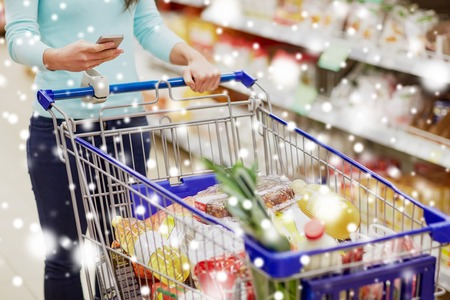 customer with food in shopping cart at supermarket Banque d'images