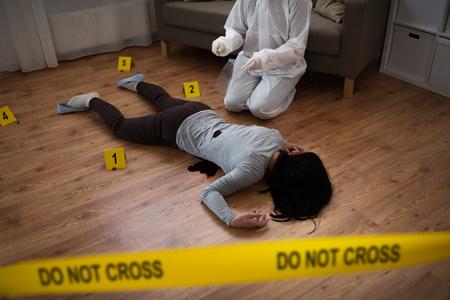 Kriminalist sammeln Beweise am Tatort Standard-Bild - 89971130