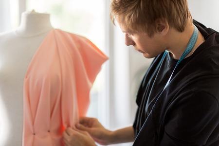 modeontwerper met dummy-jurk in de studio
