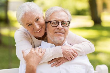 portrait of happy senior couple at park Banque d'images