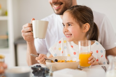 happy family drinking juice for breakfast at home Banque d'images