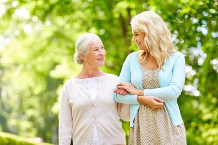 Figlia con madre senior al parco
