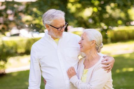 happy senior couple hugging at summer park Banque d'images