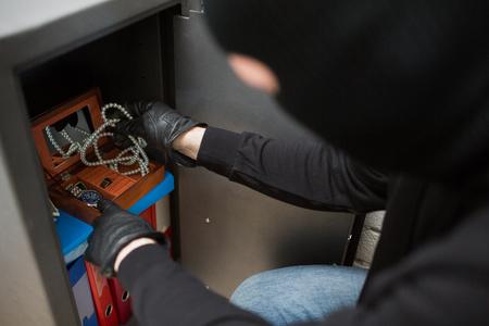 범죄 현장에서 귀중품을 도둑질하는 도둑