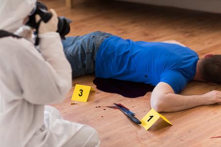 criminalist fotograferen dode lichaam op plaats delict