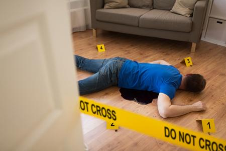 dode man lichaam in bloed op de vloer op plaats delict Stockfoto