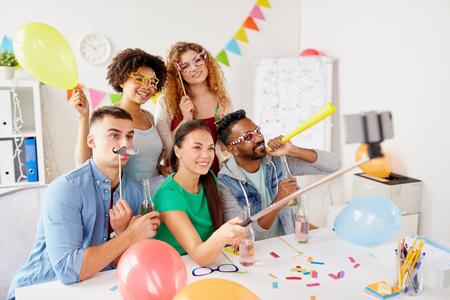 gelukkig team nemen selfie op kantoor partij