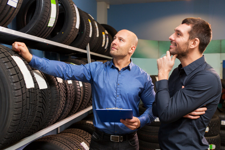 자동차 서비스 또는 자동 판매점의 고객 및 세일즈맨
