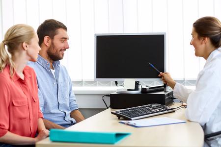 몇 및 클리닉 일 컴퓨터 가리키는 의사
