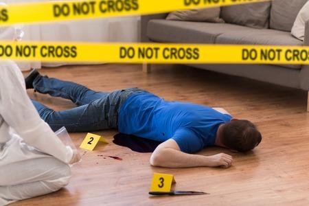 crimineel die bewijsmateriaal verzamelt op de plaats delict Stockfoto