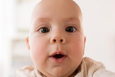 close up of happy little baby boy face 版權商用圖片 - 90628437