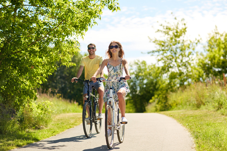 happy young couple riding bicycles in summer 版權商用圖片 - 90770284