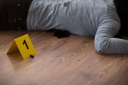 kogel en dode vrouw lichaam op verdieping op plaats delict Stockfoto