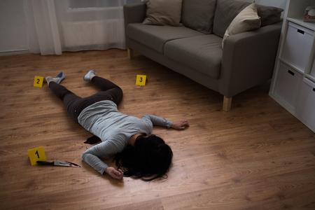 犯罪現場で床に横たわる死体女性の遺体 写真素材