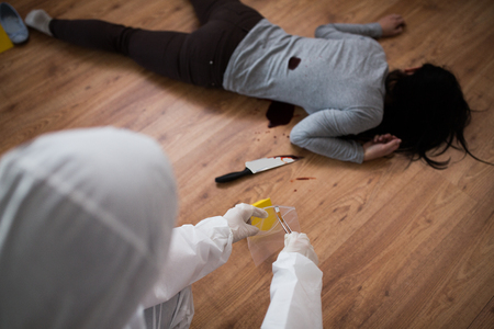 criminalist collecting crime scene evidence Stockfoto