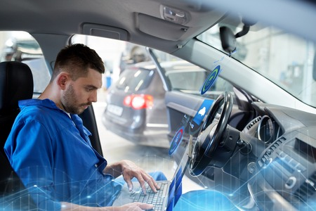 mechanic man with laptop making car diagnostic 版權商用圖片 - 91086008