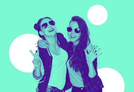 smiling teenage girls in sunglasses having fun Foto de archivo