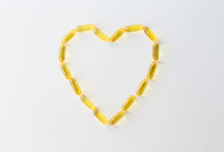 cod liver oil capsules in shape of heart Stok Fotoğraf - 91139860
