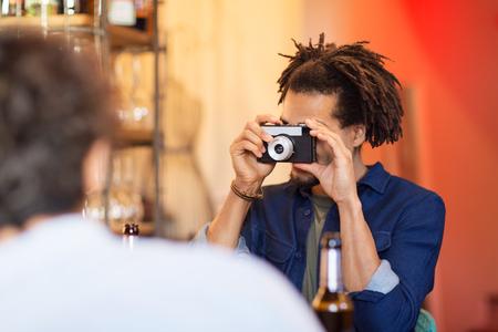 カメラ撮影の友人を持つ男バー
