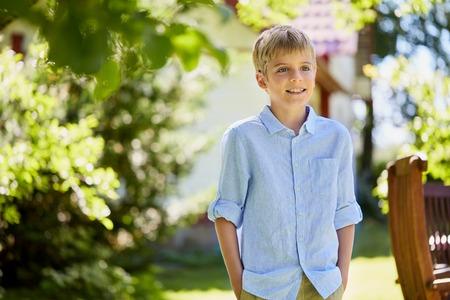 Glücklicher lächelnder Junge am Sommergarten Standard-Bild - 91608715