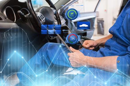 monteur man met tablet pc auto diagnostisch maken