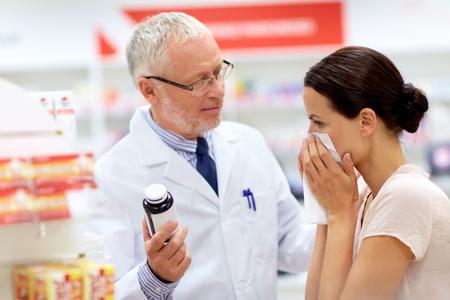 apotheker en zieke klant bij apotheek