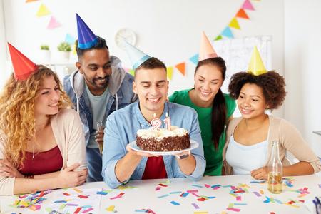 Equipo saludo colega en la fiesta de cumpleaños de la oficina Foto de archivo - 91656292