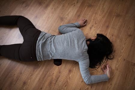 moord, moord en mensen concept - lichaam van de dode vrouw in bloed liggend op de vloer op plaats delict (geënsceneerde foto)