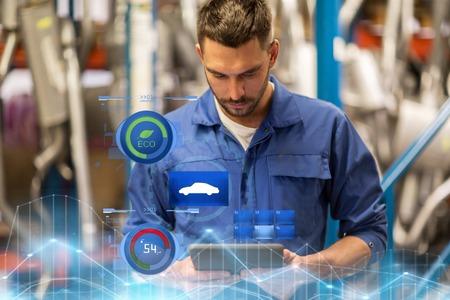 Servicio de automóviles, reparación, mantenimiento y concepto de personas: mecánico de automóviles, hombre o forjador con tableta PC en el taller o almacén
