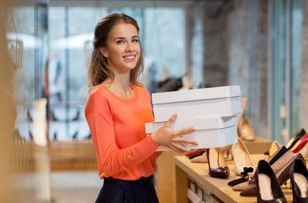 Frau oder Verkäufer mit Schuhgeschäft im Laden