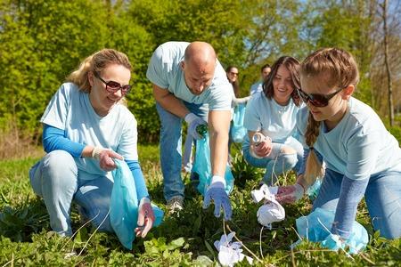 ゴミ袋清掃公園エリアのボランティア 写真素材