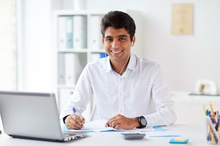 biznesmen w słuchawkach pracuje w biurze Zdjęcie Seryjne