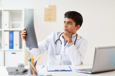 クリニックで脊椎X線スキャンを見ている医師