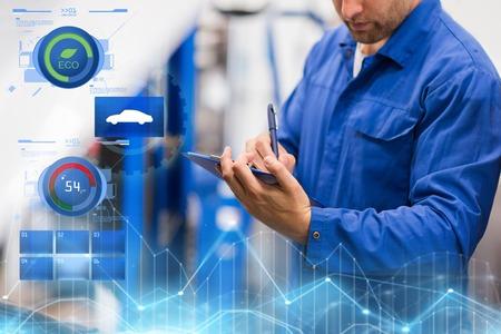 auto mechanic with clipboard at car repair shop 版權商用圖片