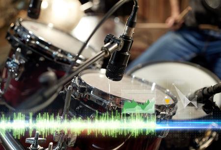 drumstel en microfoon bij muziekstudio