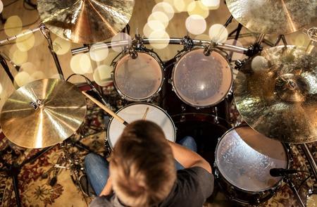 muzikant of drummer drumstel spelen in de studio