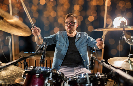 muzikant of drummer drumstel spelen op concert