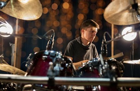 mannelijke muzikant drumstel op concert Stockfoto
