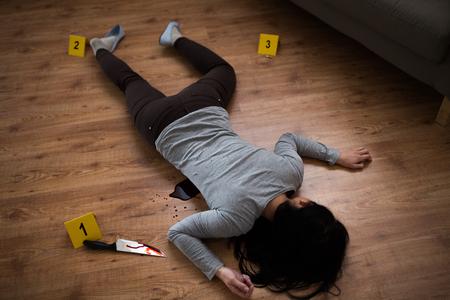Leiche einer toten Frau am Tatort auf dem Boden liegend Standard-Bild - 92832307