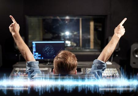 Concept de musique, de technologie et de personnes - homme à la console de mixage dans le studio d'enregistrement sonore Banque d'images - 92984348