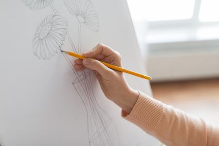 kunstenaar met potloodtekening foto in art studio