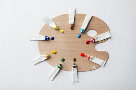미술, 창의력, 그림 및 예술적 도구 개념 - 팔레트 및 아크릴 색 튜브 또는 페인트