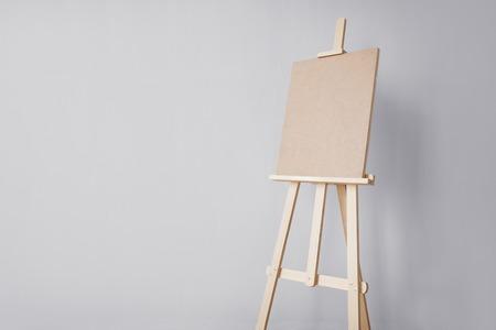 ファインアート、創造性、芸術ツールのコンセプト - スタジオで木製のイーゼル